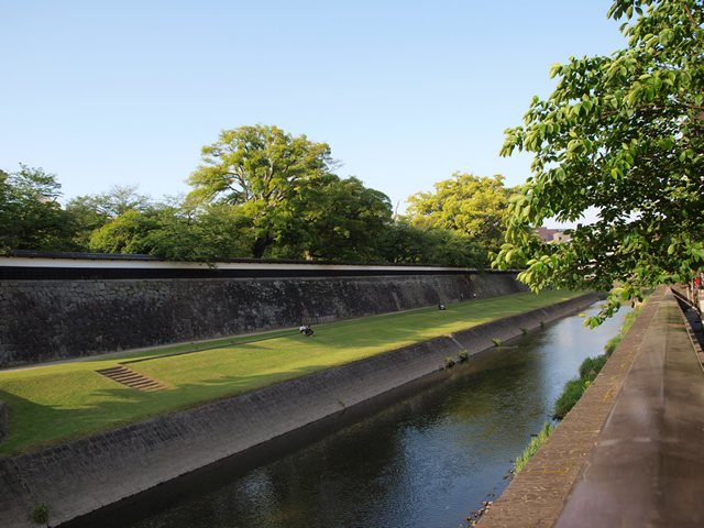 お堀と長塀