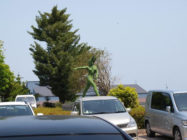 駐車場内に謎の像