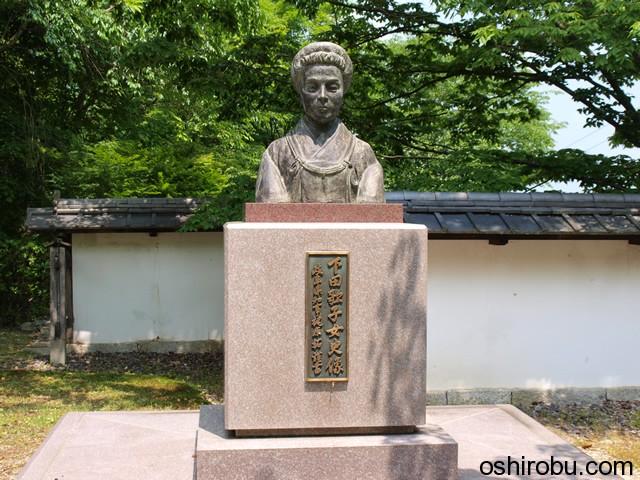 下田歌子の像