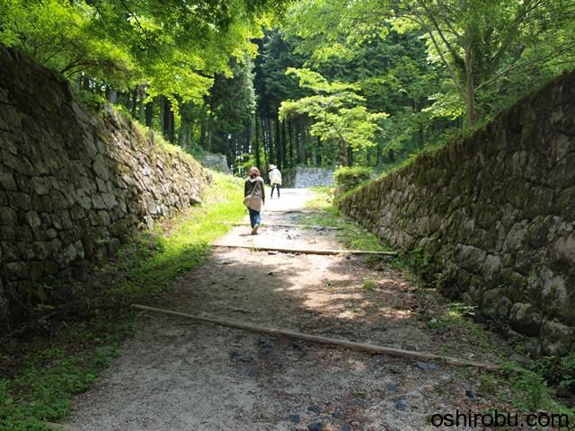 石垣に挟まれた道をゆく