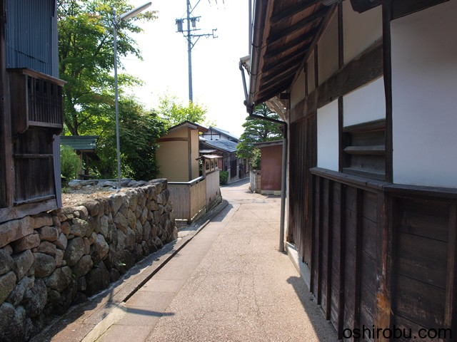 木村邸の裏側の小道