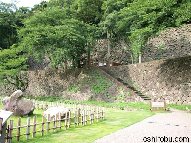 申酉櫓の石垣を下から眺める