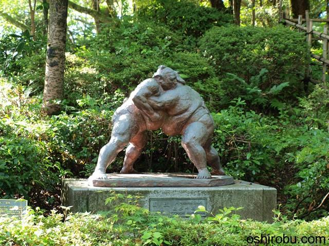 相撲をとる像