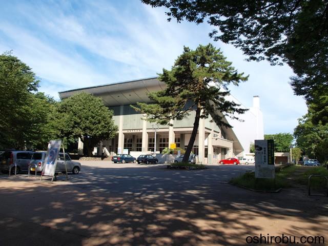 二の丸広場の市民会館