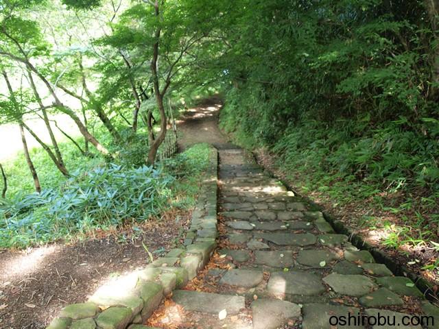 階段を降りて土橋の下へ