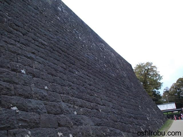 間近で見る本丸石垣
