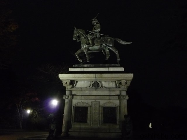 夜の伊達政宗騎馬像