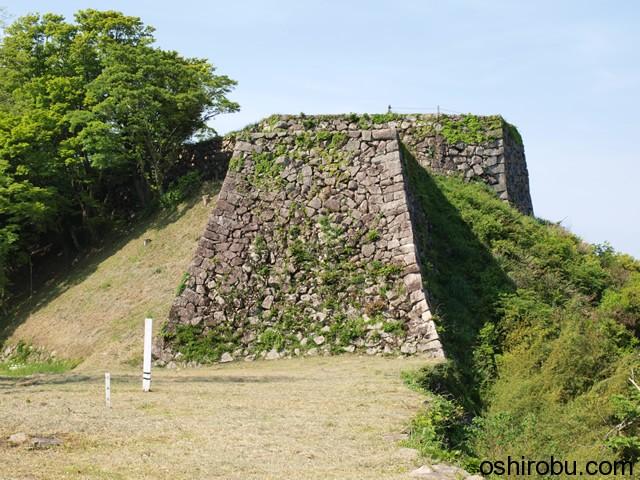 人質櫓(手前)と三十間台(奥)の石垣