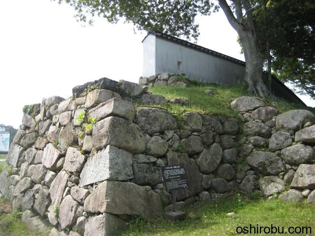 復元された土塀