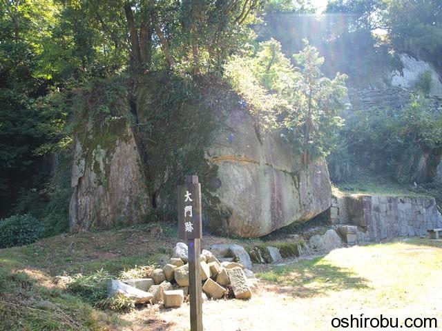 大門付近の巨石