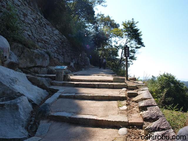 歩道の横は崖