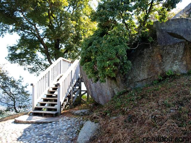 天守台への階段