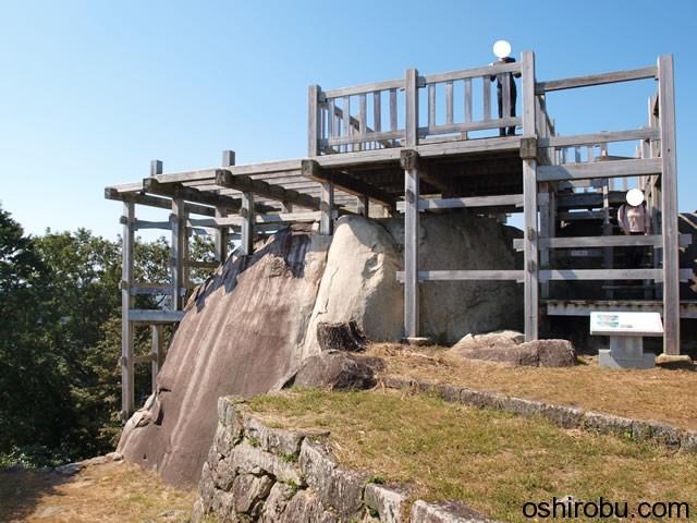 巨石の上に建つ展望台