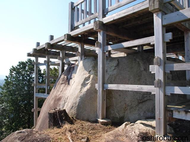 岩の上に柱穴をあけて天守が建てられていた
