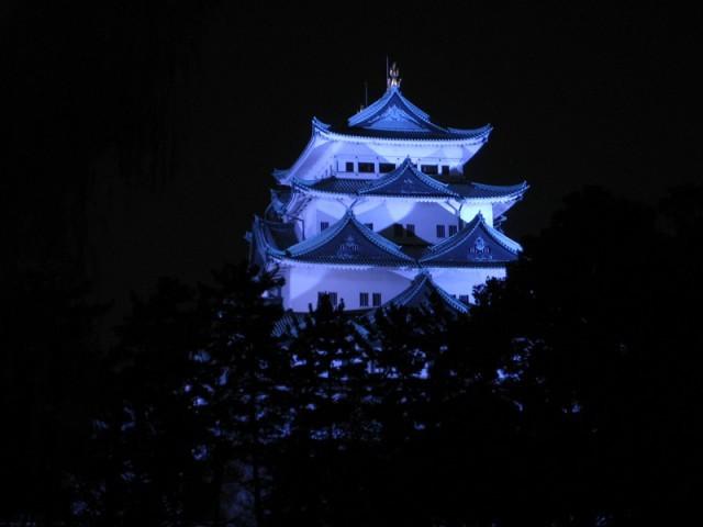 ブルーライトアップされた名古屋城