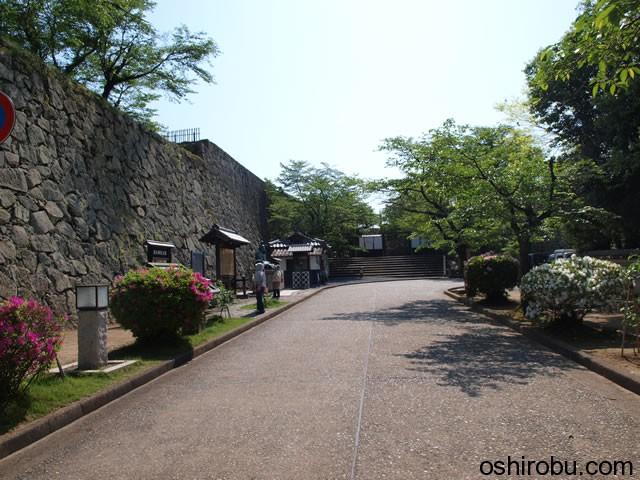 石垣沿いに入口へ