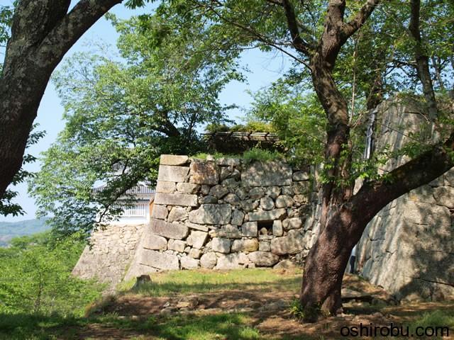 備中櫓から続く立派な石垣